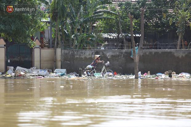 Ảnh: Người dân Quảng Bình bì bõm bơi trong biển rác sau trận lũ lịch sử, nguy cơ lây nhiễm bệnh tật - Ảnh 4.