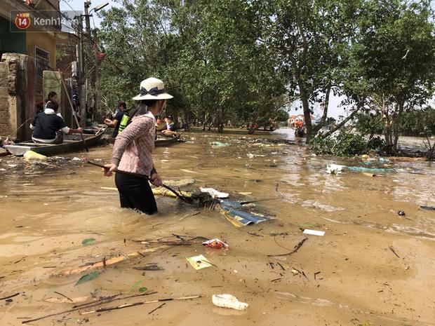 Ảnh: Người dân Quảng Bình bì bõm bơi trong biển rác sau trận lũ lịch sử, nguy cơ lây nhiễm bệnh tật - Ảnh 10.