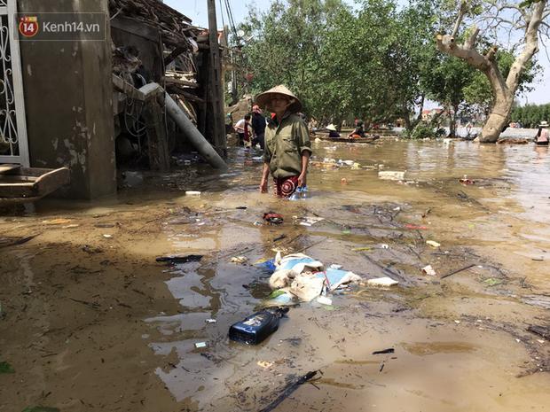 Ảnh: Người dân Quảng Bình bì bõm bơi trong biển rác sau trận lũ lịch sử, nguy cơ lây nhiễm bệnh tật - Ảnh 8.