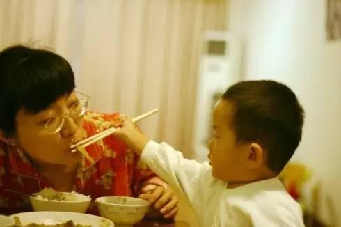 Hôn, nhai thức ăn cho trẻ: Không phải yêu thương, mà là gây tai họa khiến trẻ phải nhập viện - Ảnh 4.