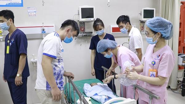 Hành trình gần 600km băng rừng cấp cứu giành giật sự sống cho em bé 7 ngày tuổi bị tim bẩm sinh, suy hô hấp - Ảnh 1.