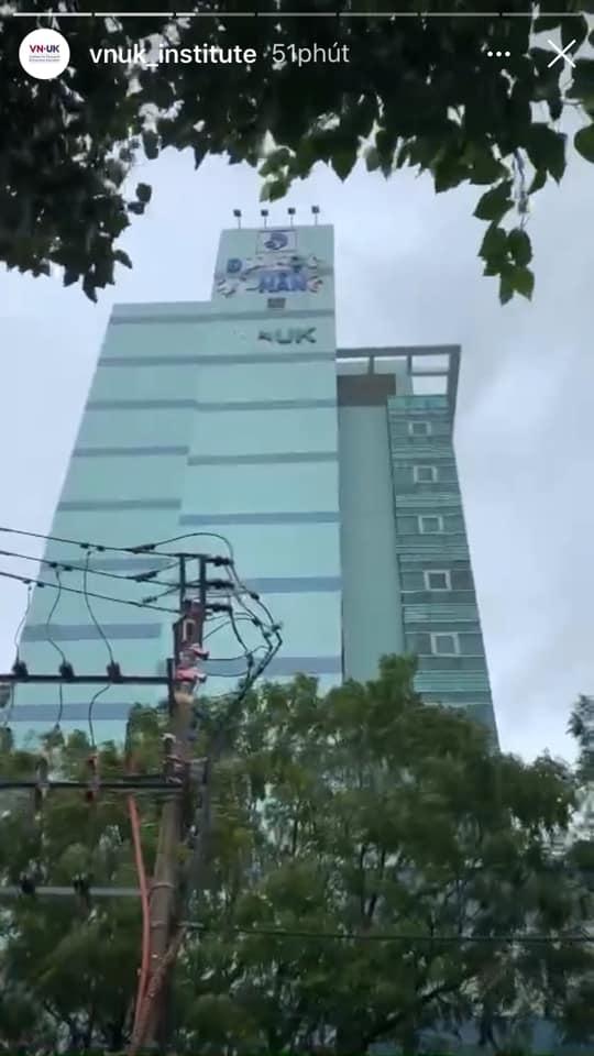 Trường đại học ở Đà Nẵng bị bão cuốn bay chữ, ra thông báo sinh viên nhặt được thì cất giúp khiến ai nấy vừa buồn cười vừa thương - Ảnh 4.