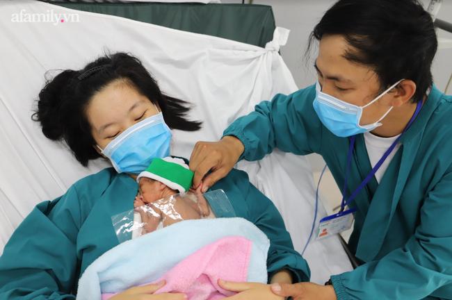 Mẹ hạnh phúc vỡ òa khi con gái sinh