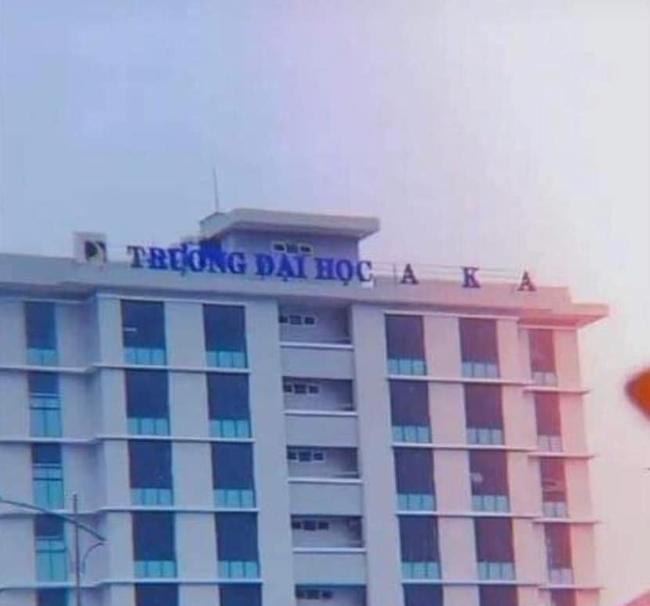 Trường đại học ở Đà Nẵng bị bão cuốn bay chữ, ra thông báo sinh viên nhặt được thì cất giúp khiến ai nấy vừa buồn cười vừa thương - Ảnh 1.