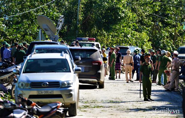 Ảnh: Nỗ lực mở đường tiếp cận cứu hộ nạn nhân vụ sạt lở núi ở xã Trà Leng - Ảnh 1.