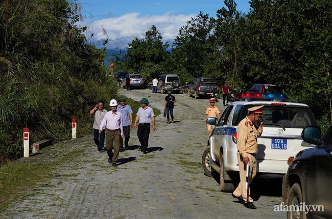 Ảnh: Nỗ lực mở đường tiếp cận cứu hộ nạn nhân vụ sạt lở núi ở xã Trà Leng - Ảnh 2.