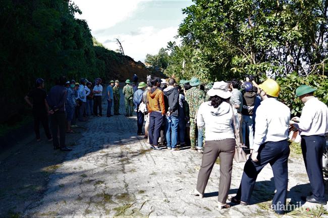 Ảnh: Nỗ lực mở đường tiếp cận cứu hộ nạn nhân vụ sạt lở núi ở xã Trà Leng - Ảnh 3.