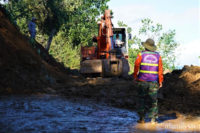 Ảnh: Nỗ lực mở đường tiếp cận cứu hộ nạn nhân vụ sạt lở núi ở xã Trà Leng - Ảnh 5.