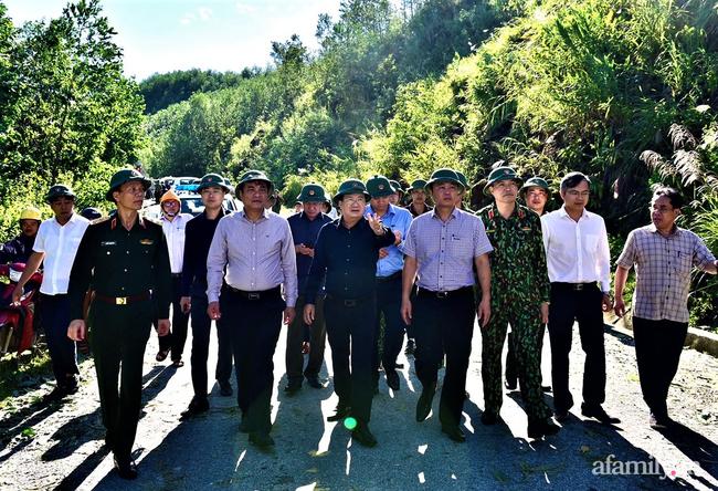 Ảnh: Nỗ lực mở đường tiếp cận cứu hộ nạn nhân vụ sạt lở núi ở xã Trà Leng - Ảnh 6.