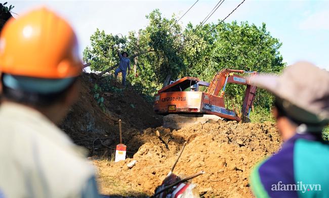 Ảnh: Nỗ lực mở đường tiếp cận cứu hộ nạn nhân vụ sạt lở núi ở xã Trà Leng - Ảnh 7.