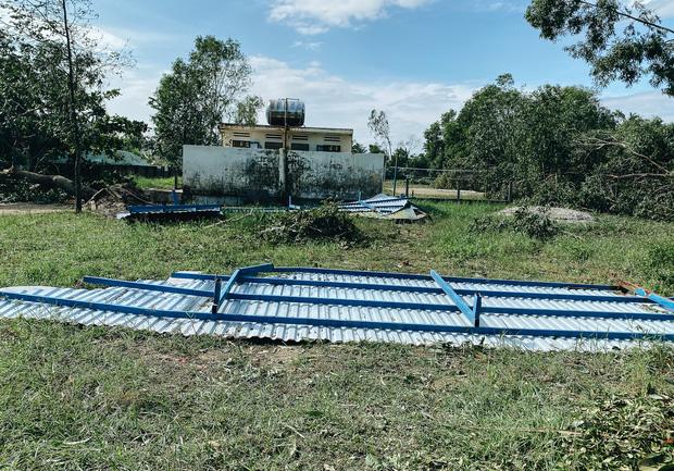 Trường học ở Bình Định tan hoang sau bão số 9, giáo viên vất vả dọn dẹp để chuẩn bị đón học sinh trở lại - Ảnh 9.