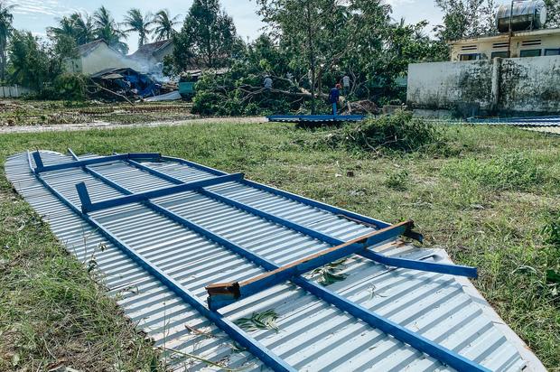 Trường học ở Bình Định tan hoang sau bão số 9, giáo viên vất vả dọn dẹp để chuẩn bị đón học sinh trở lại - Ảnh 11.