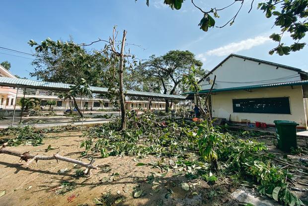 Trường học ở Bình Định tan hoang sau bão số 9, giáo viên vất vả dọn dẹp để chuẩn bị đón học sinh trở lại - Ảnh 5.