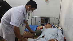 Xe chở 10 thành viên trong đoàn cứu trợ vùng lũ Quảng Bình bị lật