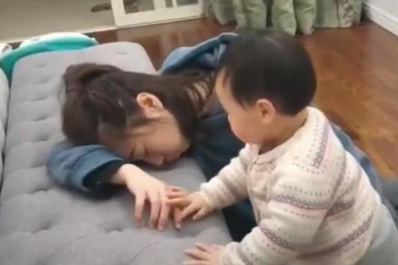 Bố và mẹ giả vờ ngất để thử lòng con, phản ứng của đứa bé khiến mẹ như bị xát muối vào tim - Ảnh 3.