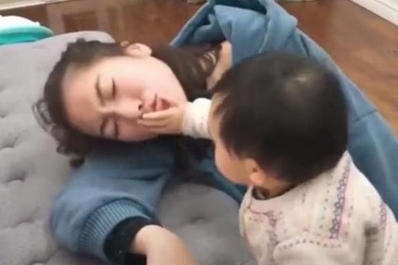 Bố và mẹ giả vờ ngất để thử lòng con, phản ứng của đứa bé khiến mẹ như bị xát muối vào tim - Ảnh 4.