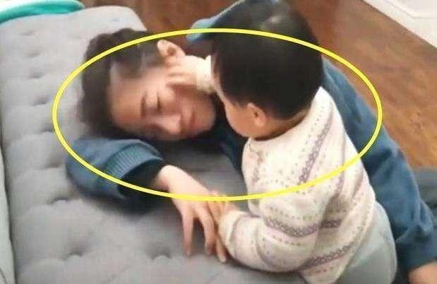 Bố và mẹ giả vờ ngất để thử lòng con, phản ứng của đứa bé khiến mẹ như bị xát muối vào tim - Ảnh 5.