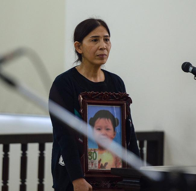 Xét xử cặp vợ chồng đánh đập con gái 3 tuổi đến chết: 2 bị cáo thay đổi lời khai, không thừa nhận bạo hành con - Ảnh 1.