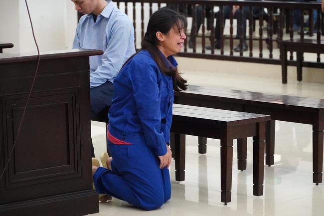 Xét xử vụ bé gái 3 tuổi bị mẹ và bố dượng bạo hành đến chết: Nữ bị cáo bênh vực chồng,