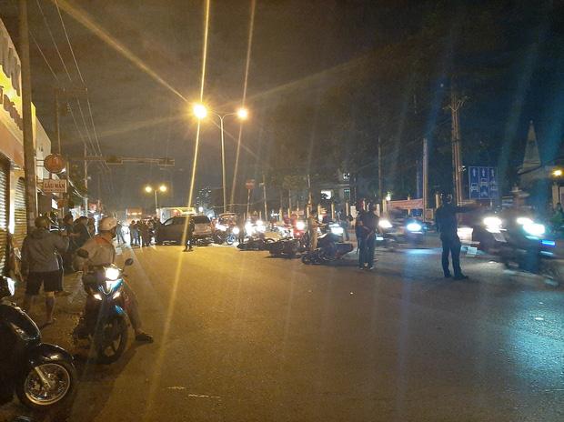 TP.HCM: Ô tô tông cả chục xe máy đang dừng đèn đỏ, nhiều người bị thương nằm la liệt trên đường - Ảnh 3.