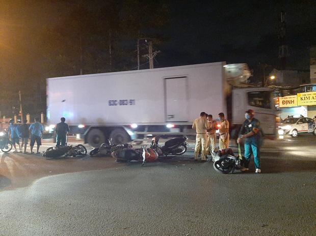 TP.HCM: Ô tô tông cả chục xe máy đang dừng đèn đỏ, nhiều người bị thương nằm la liệt trên đường - Ảnh 1.