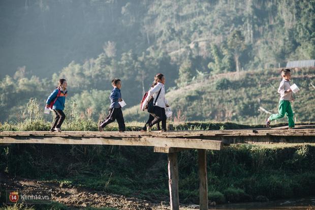 1345 km nhớ thương của cậu học trò nghèo miền núi trở thành thầy giáo trẻ được vinh danh: Suốt 4 năm chỉ về thăm mẹ được 2 lần - Ảnh 10.