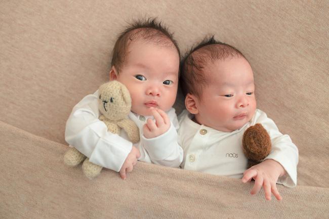 Ngắm trọn bộ ảnh đáng yêu của cặp song sinh nhà Dương Khắc Linh - Sara Lưu - Ảnh 3.
