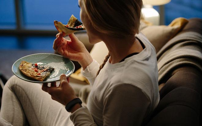 Ăn đêm: Nhiều nguy cơ gây hại cho sức khỏe, nhưng vẫn có một số lợi ích - Ảnh 2.