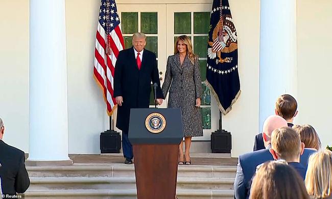Dính nghi án hôn nhân trục trặc, Tổng thống Trump đã đáp lại bằng một cử chỉ đầy tinh tế với Đệ nhất phu nhân trong sự xuất hiện mới nhất - Ảnh 1.