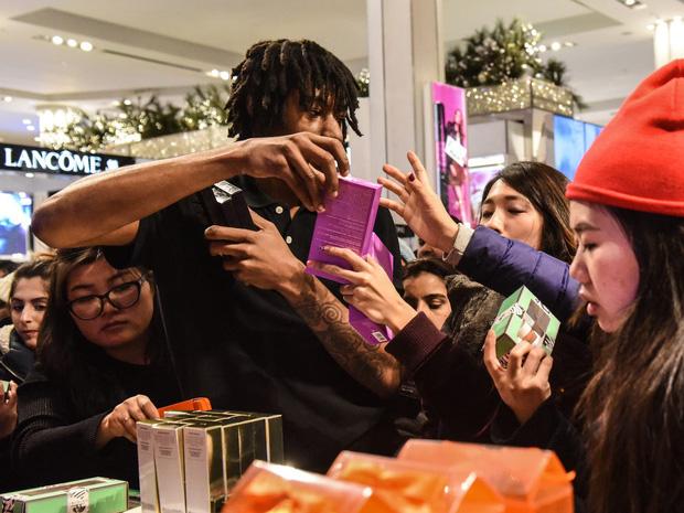 Những câu chuyện chứng minh Black Friday tạo ra một thế giới điên rồ và cuồng loạn nhất, theo lời kể của các nhân viên bán hàng - Ảnh 6.
