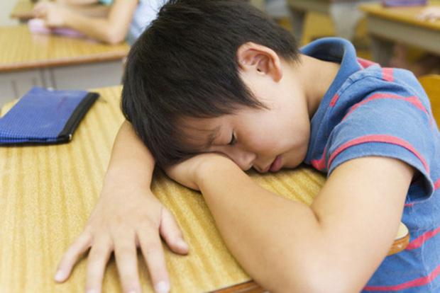 Con trai tối nào cũng học bài đến khuya nhưng vẫn kém, bố và cô giáo ngồi trao đổi với nhau, nói chuyện 1 hồi thì ra tại bố! - Ảnh 1.