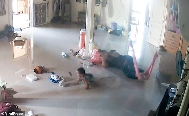 Nằm xem điện thoại để con trai 1 tuổi bò trên sàn nhà, bà mẹ cứu con thoát khỏi