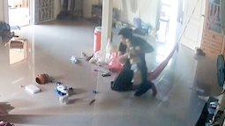 """Nằm xem điện thoại để con trai 1 tuổi bò trên sàn nhà, bà mẹ cứu con thoát khỏi """"Tử thần"""" trong tích tắc, cảnh hiện trường khiến ai cũng """"rụng tim"""""""