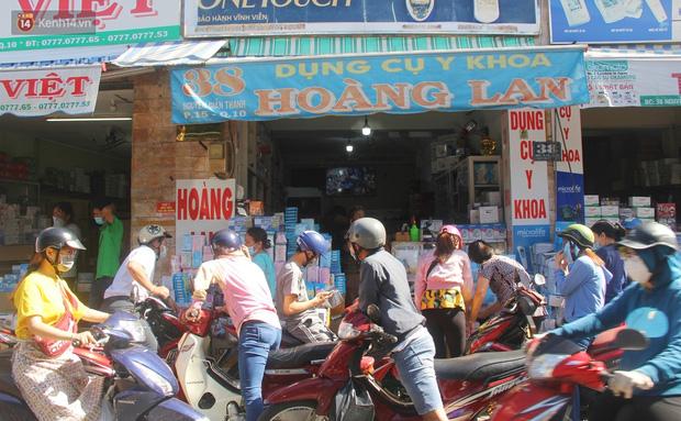 Chùm ảnh: Người Sài Gòn tranh thủ đi mua khẩu trang y tế phòng dịch Covid-19, giá bán vẫn bình ổn - Ảnh 2.