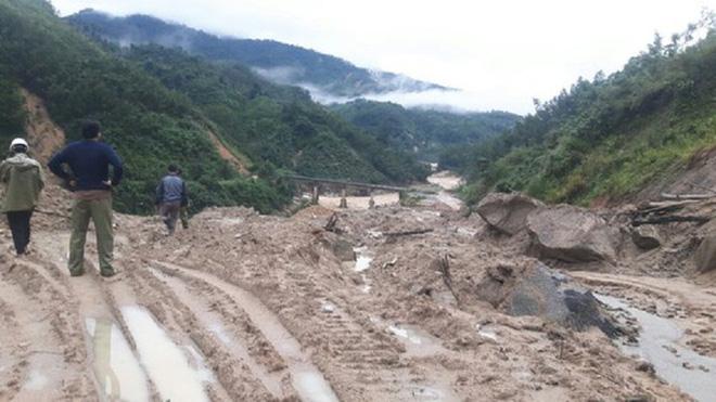 Sạt lở núi, hàng nghìn người dân Quảng Ngãi bị cô lập - Ảnh 2.