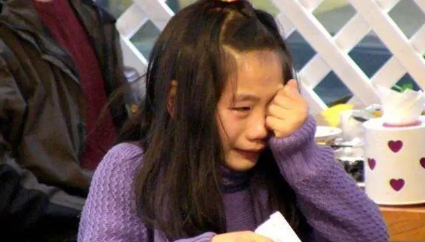 Con gái chỉ đạt 9 điểm, nhưng khi đọc đáp án cuối, bà mẹ sững người khi thấy vỏn vẹn 4 chữ dành cho mình - Ảnh 2.