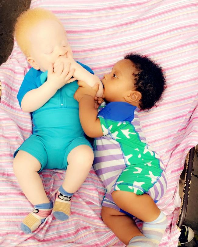 Vừa sinh con xong, bà mẹ ngơ ngác nhìn các y tá đổ xô vào phòng tranh nhau xem em bé, còn ông chồng thì đứng bất động mãi không thể nói cho vợ nghe chuyện gì đang xảy ra - Ảnh 4.