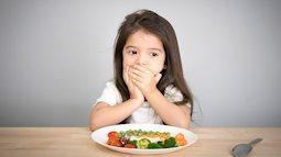 Nếu trẻ có 4 biểu hiện bất thường này chứng tỏ việc tích tụ thức ăn trong cơ thể quá nhiều, trẻ đang bị đầy bụng và khó tiêu