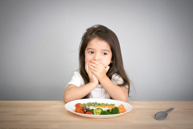 Nếu trẻ có 4 biểu hiện bất thường này chứng tỏ việc tích tụ thức ăn trong cơ thể quá nhiều - Ảnh 1.