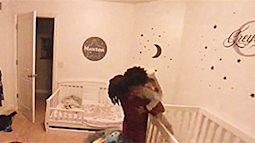 """Nửa đêm em khóc đòi mẹ, bé trai liền có một hành động khiến mẹ bật khóc, xúc động nhất là câu trả lời """"vì sao?"""""""