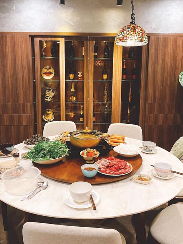 Căn hộ của Hoa hậu Kỳ Duyên: Tủ rượu chỉ trưng chứ không uống, riêng phòng đồ hiệu khiến chị em ghen tỵ đỏ mắt - Ảnh 5.