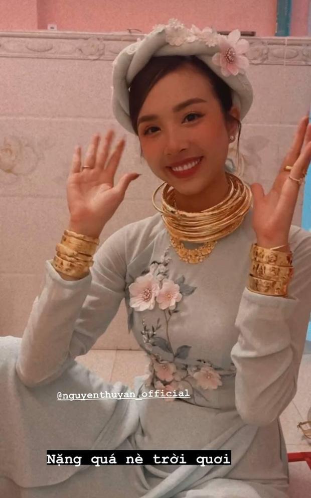 """Á hậu Thúy An đeo vòng vàng ứ cả cổ, kín tay ở đám cưới, netizen gật gù: Lấy chồng là gánh nặng, nhưng """"nặng"""" thế này thì còn gì bằng - Ảnh 3."""