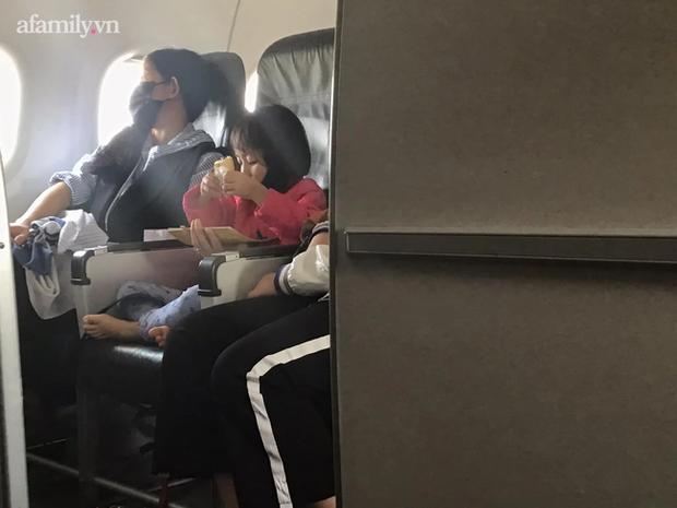 Chỉ một hành động nhỏ của bé gái trên chuyến bay, cư dân mạng đã đồng loạt nhận định: Bé lớn lên chắc chắn thành người tử tế! - Ảnh 2.