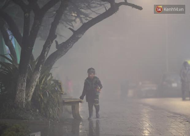Chùm ảnh: Trẻ em ở Sa Pa bị đẩy ra đường bán hàng cho du khách dưới thời tiết 0 độ C - Ảnh 4.