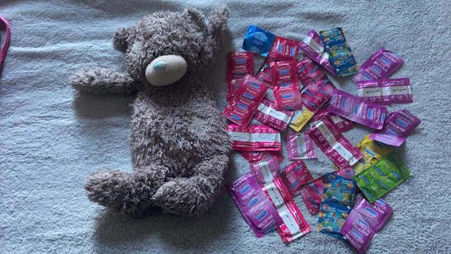 Dọn dẹp đồ cũ của con gái, bà mẹ giật mình khi tìm thấy 50 chiếc bao cao su giấu trong con gấu bông, sự tình phía sau gây ngỡ ngàng - Ảnh 1.