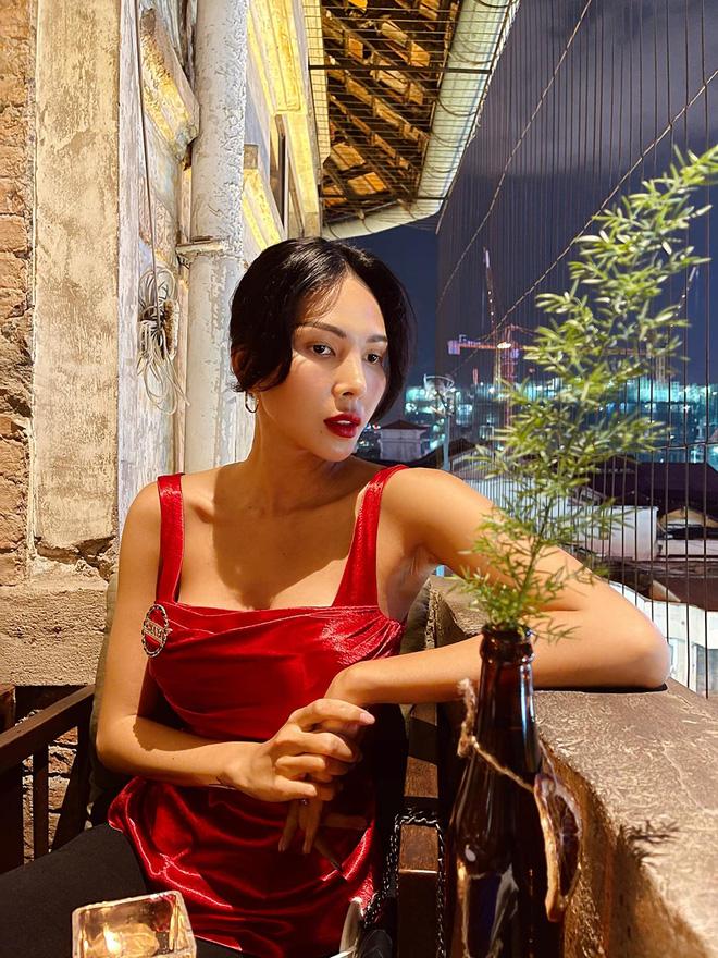 Vẻ nóng bỏng tuổi 33 của nữ siêu mẫu bị đồn yêu hoa hậu Kỳ Duyên - Ảnh 10.