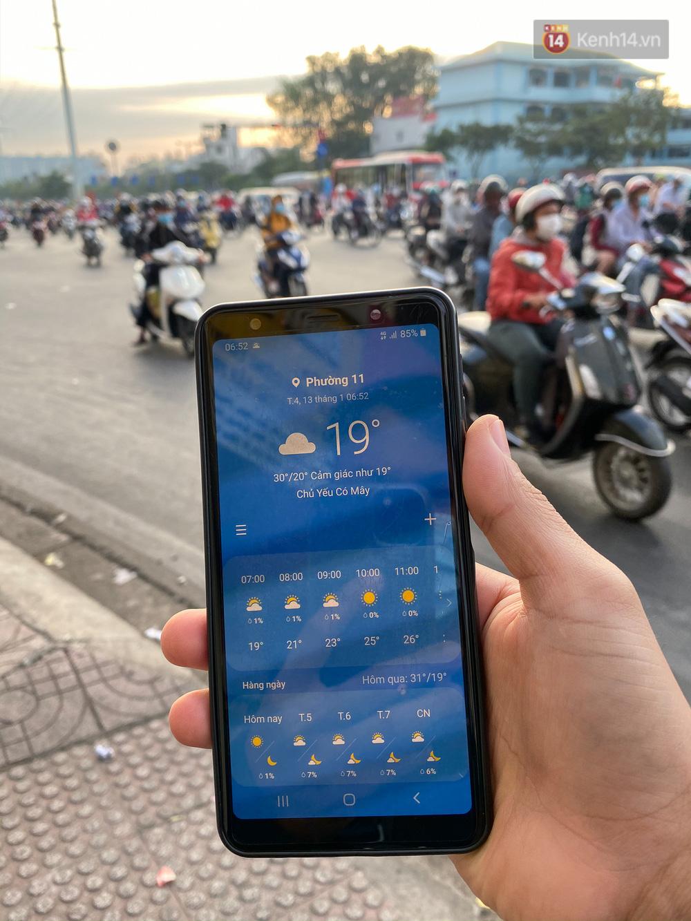 Lần đầu trong năm không khí giảm còn 19 độ, người Sài Gòn mặc áo ấm và quàng khăn vì lạnh - Ảnh 14.