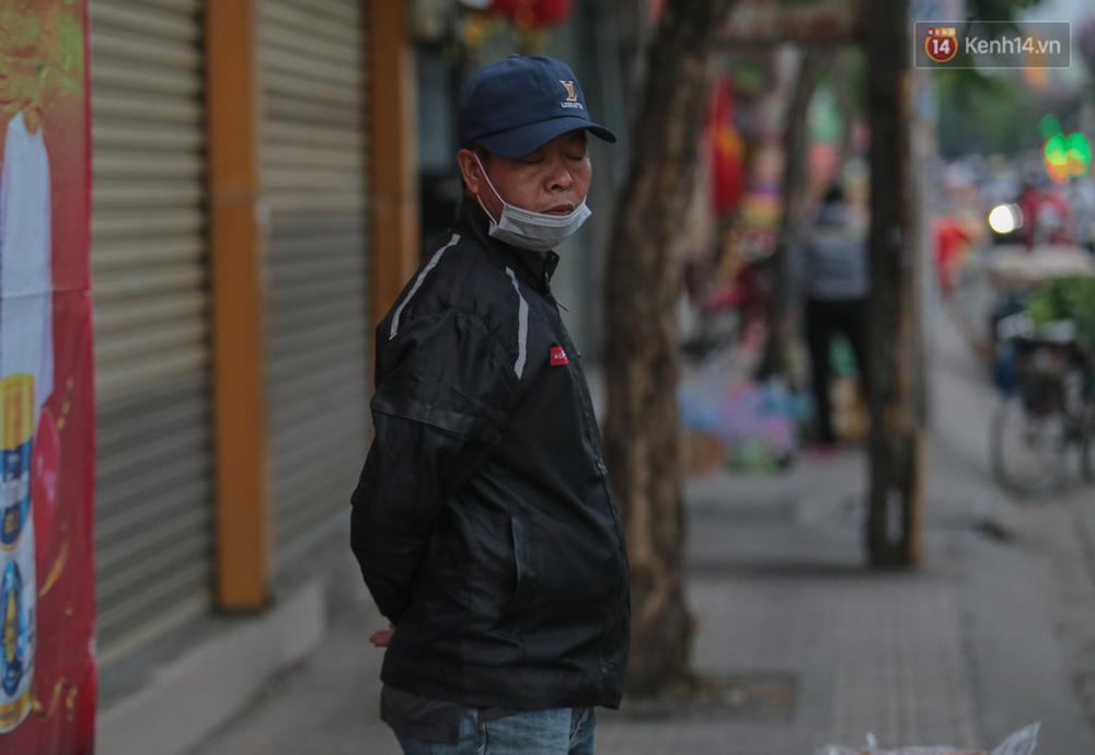 Lần đầu trong năm không khí giảm còn 19 độ, người Sài Gòn mặc áo ấm và quàng khăn vì lạnh - Ảnh 3.