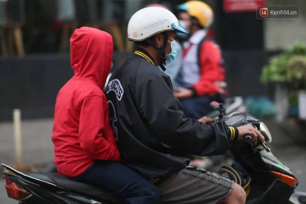 Lần đầu trong năm không khí giảm còn 19 độ, người Sài Gòn mặc áo ấm và quàng khăn vì lạnh - Ảnh 8.