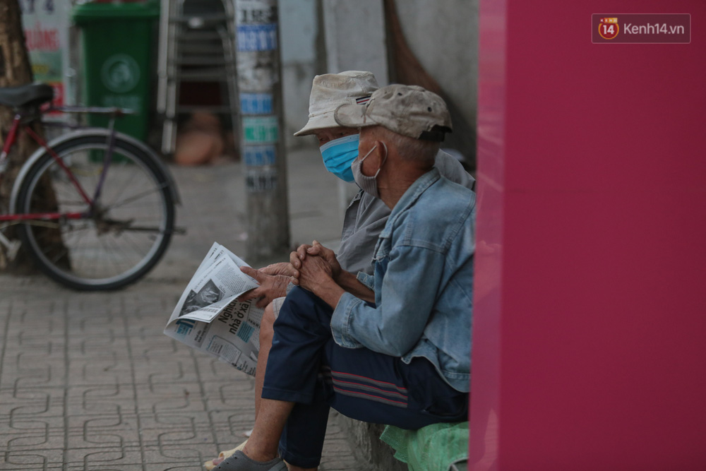 Lần đầu trong năm không khí giảm còn 19 độ, người Sài Gòn mặc áo ấm và quàng khăn vì lạnh - Ảnh 2.